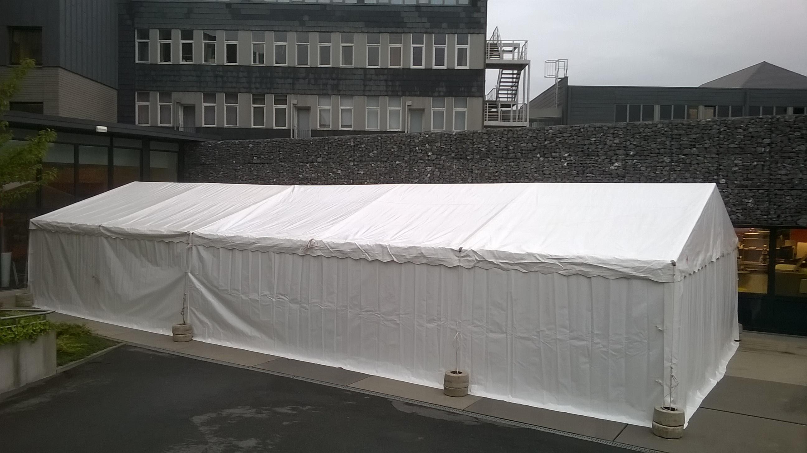Tentes de réception doublées (longueur 15m x 6m).
