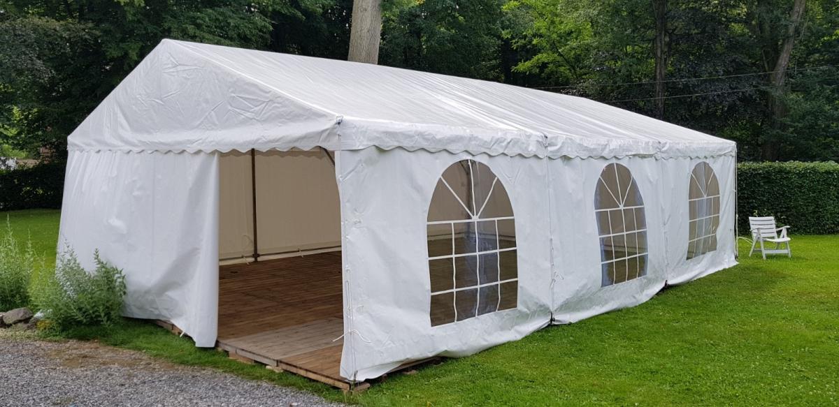 Tente de réception 6x9xm² avec plancher (pose au sol).